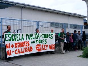 """Se inicia la jornada de huelga con la concentración a las puertas del IES """"Baltasar Gracián"""" a la hora de entrada al instituto (8:30)."""
