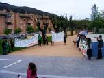 """Iniciando la concentración ante las puertas del CEIP """"Joaquín Costa"""" a la hora de entrada al colegio (en un ambiente magnífico con cánticos, bailes, etc.)."""