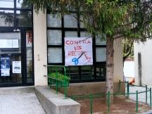 """Pancartas y carteles a las puertas del CEIP """"Joaquín Costa""""."""