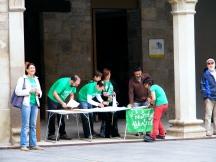 Se inician los actos en la Plaza Mayor con la instalación de una mesa informativa y la realización de un taller de eslóganes, dibujados sobre camisetas y prendas de cartulina que fueron llenando parte de los soportales.