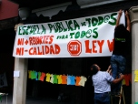 Colgando una pancarta en la fachada del Ayuntamiento.